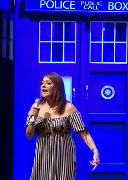 Marina Sirtis vor TARDIS